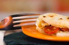 Κινηματογράφηση σε πρώτο πλάνο εύγευστα παραδοσιακά arepas, τεμαχισμένο τυρί αβοκάντο κοτόπουλου και τυριού Cheddar και τεμαχισμέ Στοκ Φωτογραφία