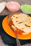Κινηματογράφηση σε πρώτο πλάνο εύγευστα παραδοσιακά arepas, τεμαχισμένο τυρί αβοκάντο κοτόπουλου και τυριού Cheddar και τεμαχισμέ Στοκ Εικόνες