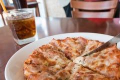 κινηματογράφηση σε πρώτο πλάνο, εύγευστη πίτσα με το ζαμπόν, μπέϊκον και λουκάνικα Στοκ Εικόνες