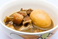 Κινηματογράφηση σε πρώτο πλάνο εύγευστο ταϊλανδικό Stew αυγών με το Streaky χοιρινό κρέας Στοκ Εικόνα