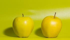 Κινηματογράφηση σε πρώτο πλάνο, η κίτρινη Apple σε ένα πράσινο υπόβαθρο Στοκ φωτογραφίες με δικαίωμα ελεύθερης χρήσης