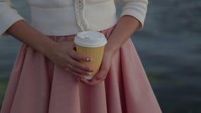 Κινηματογράφηση σε πρώτο πλάνο λιμένων ποταμών cofee γυναικών απόθεμα βίντεο
