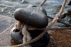 Κινηματογράφηση σε πρώτο πλάνο λιμενικών θαλασσίων λιμένων σχοινιών στυλίσκων πρόσδεσης Στοκ Εικόνες