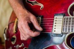 Κινηματογράφηση σε πρώτο πλάνο κάποιου που παίζει την κιθάρα Στοκ Φωτογραφίες