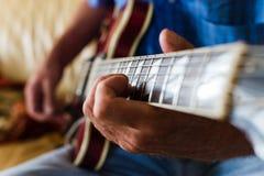Κινηματογράφηση σε πρώτο πλάνο κάποιου που παίζει την κιθάρα Στοκ Εικόνες
