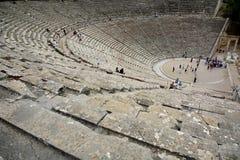 Κινηματογράφηση σε πρώτο πλάνο: Καθίσματα του θεάτρου Epidauro αρχαίου Έλληνα Στοκ εικόνα με δικαίωμα ελεύθερης χρήσης
