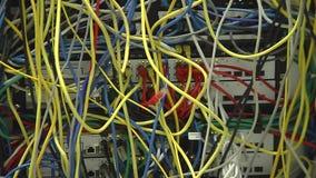 Κινηματογράφηση σε πρώτο πλάνο καλωδίων Ράφι κεντρικών υπολογιστών 3 πυροβολισμοί pan Εστίαση έξω φιλμ μικρού μήκους