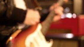 Κινηματογράφηση σε πρώτο πλάνο κιθαριστών σε ένα αρσενικό παιχνίδι χεριών σκληρά σε μια ηλεκτρική κιθάρα φιλμ μικρού μήκους