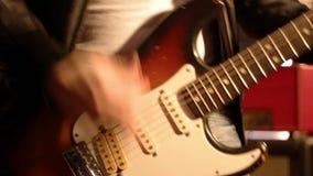 Κινηματογράφηση σε πρώτο πλάνο κιθαριστών σε ένα αρσενικό παιχνίδι χεριών σκληρά σε μια ηλεκτρικές κιθάρα και έπειτα μια στάση απόθεμα βίντεο