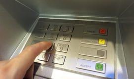 Κινηματογράφηση σε πρώτο πλάνο κουμπιών καρφιτσών του ATM και ανθρώπινος αντίχειρας χεριών Στοκ φωτογραφία με δικαίωμα ελεύθερης χρήσης