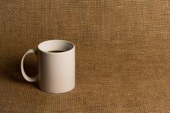 Κινηματογράφηση σε πρώτο πλάνο κουπών καφέ - άσπρη κούπα Στοκ Φωτογραφία