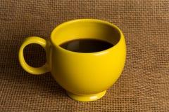 Κινηματογράφηση σε πρώτο πλάνο κουπών καφέ - κίτρινη κούπα Στοκ Εικόνες