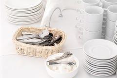 Κινηματογράφηση σε πρώτο πλάνο κουταλακιών του γλυκού Ομάδα κενών φλυτζανιών καφέ Άσπρο φλυτζάνι για το τσάι υπηρεσιών ή καφές στ Στοκ εικόνες με δικαίωμα ελεύθερης χρήσης