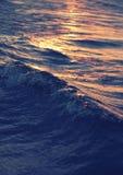 Κινηματογράφηση σε πρώτο πλάνο κυμάτων θάλασσας στο ηλιοβασίλεμα στοκ φωτογραφίες με δικαίωμα ελεύθερης χρήσης