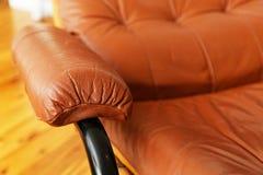 Κινηματογράφηση σε πρώτο πλάνο κόκκινο armrest καρεκλών δέρματος recliner Στοκ φωτογραφίες με δικαίωμα ελεύθερης χρήσης