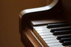 Κινηματογράφηση σε πρώτο πλάνο κλειδιών πιάνων με ένα όμορφο μουτζουρωμένο υπόβαθρο Στοκ Φωτογραφίες