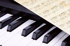 Κινηματογράφηση σε πρώτο πλάνο κλειδιών πιάνων, μουσική Στοκ Εικόνα