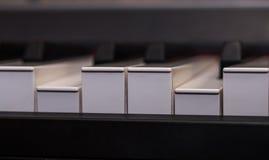 κινηματογράφηση σε πρώτο πλάνο κλειδιών πιάνων, μουσικό όργανο στοκ φωτογραφία