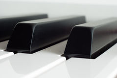 Κινηματογράφηση σε πρώτο πλάνο κλειδιών πιάνων Παιχνίδι πιάνων Γραπτά κλειδιά ηλεκτρονικό πιάνο Στοκ Εικόνα