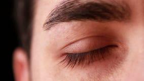 Κινηματογράφηση σε πρώτο πλάνο ματιών νεαρών άνδρων απόθεμα βίντεο