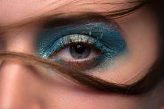Κινηματογράφηση σε πρώτο πλάνο ματιών φωτογραφιών με ένα όμορφο κίτρινο μπλε makeup Στοκ εικόνα με δικαίωμα ελεύθερης χρήσης