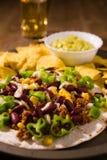 Κινηματογράφηση σε πρώτο πλάνο μεξικάνικα tortillas με το κρέας, κόκκινα φασόλια, Jalapeno pepp στοκ φωτογραφίες με δικαίωμα ελεύθερης χρήσης