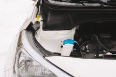 Κινηματογράφηση σε πρώτο πλάνο μηχανών αυτοκινήτων με το διάστημα αντιγράφων Υπαίθρια φωτογραφία το χειμώνα Στοκ Φωτογραφίες
