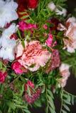 Κινηματογράφηση σε πρώτο πλάνο μιας ανθοδέσμης των γαρίφαλων και των τριαντάφυλλων Στοκ Φωτογραφία