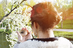 Κινηματογράφηση σε πρώτο πλάνο μιας αντανάκλασης καθρεφτών του ματιού μιας γυναίκας Στοκ Εικόνες