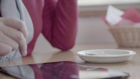 Κινηματογράφηση σε πρώτο πλάνο μιας αφής στην οθόνη αφής στο PC ταμπλετών απόθεμα βίντεο