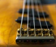 Κινηματογράφηση σε πρώτο πλάνο μιας βαθιάς κιθάρας 5 σειράς Στοκ Φωτογραφία