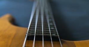 Κινηματογράφηση σε πρώτο πλάνο μιας βαθιάς κιθάρας 5 σειράς Στοκ εικόνες με δικαίωμα ελεύθερης χρήσης