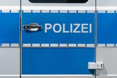 Κινηματογράφηση σε πρώτο πλάνο μιας γερμανικής πόρτας περιπολικών της Αστυνομίας με τη γερμανική ετικέτα αστυνομίας Στοκ Φωτογραφία