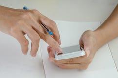 Κινηματογράφηση σε πρώτο πλάνο μιας γυναίκας που χρησιμοποιεί το έξυπνο τηλέφωνο στοκ εικόνες
