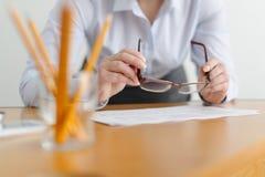 Κινηματογράφηση σε πρώτο πλάνο μιας εργασίας γυναικών freelancer στο γραφείο στον πίνακα Στοκ εικόνα με δικαίωμα ελεύθερης χρήσης