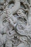 Κινηματογράφηση σε πρώτο πλάνο μιας διακοσμημένης στήλης πετρών στο Po Lin μοναστήρι Στοκ Φωτογραφία