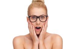 Κινηματογράφηση σε πρώτο πλάνο μιας νέας γυναίκας στα γυαλιά που φαίνεται έκπληκτης. Στοκ εικόνα με δικαίωμα ελεύθερης χρήσης