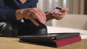 Κινηματογράφηση σε πρώτο πλάνο μιας νέας επιχειρηματία που πληρώνει τους λογαριασμούς και που χρησιμοποιεί τις σε απευθείας σύνδε φιλμ μικρού μήκους