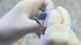 Κινηματογράφηση σε πρώτο πλάνο μιας οδοντικής παραγωγής τεχνικών της οδοντοστοιχίας σε ένα οδοντικό εργαστήριο απόθεμα βίντεο