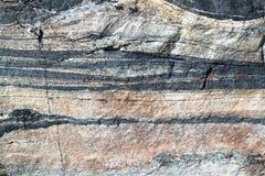 Κινηματογράφηση σε πρώτο πλάνο μιας πέτρας με τα διαφορετικά οριζόντια στρώματα Στοκ εικόνα με δικαίωμα ελεύθερης χρήσης