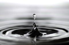 Κινηματογράφηση σε πρώτο πλάνο μιας πτώσης νερού στοκ φωτογραφία