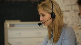 Κινηματογράφηση σε πρώτο πλάνο μιας όμορφης γυναίκας υπηρεσιών πελατών επιχείρησης απόθεμα βίντεο
