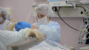 Κινηματογράφηση σε πρώτο πλάνο Μια ομάδα των ιατρών προετοιμάζει τα χειρουργικά όργανα για τη αποστείρωση απόθεμα βίντεο