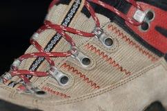 Κινηματογράφηση σε πρώτο πλάνο μποτών πεζοπορίας με τις δαντέλλες παπουτσιών Στοκ φωτογραφία με δικαίωμα ελεύθερης χρήσης