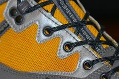 Κινηματογράφηση σε πρώτο πλάνο μποτών πεζοπορίας με τις δαντέλλες παπουτσιών Στοκ Εικόνες