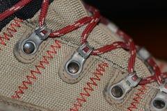 Κινηματογράφηση σε πρώτο πλάνο μποτών πεζοπορίας με τις δαντέλλες παπουτσιών Στοκ εικόνα με δικαίωμα ελεύθερης χρήσης