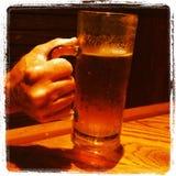 Κινηματογράφηση σε πρώτο πλάνο μπύρας εκμετάλλευσης χεριών Στοκ Εικόνες