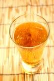 Κινηματογράφηση σε πρώτο πλάνο μπύρας ξανθού γερμανικού ζύού στο γυαλί dishware Στοκ Εικόνα
