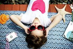 Κινηματογράφηση σε πρώτο πλάνο νέο καυκάσιο να βρεθεί κοριτσιών κάτω από τον ήλιο Στοκ Φωτογραφία
