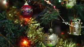 Κινηματογράφηση σε πρώτο πλάνο ντεκόρ χριστουγεννιάτικων δέντρων απόθεμα βίντεο